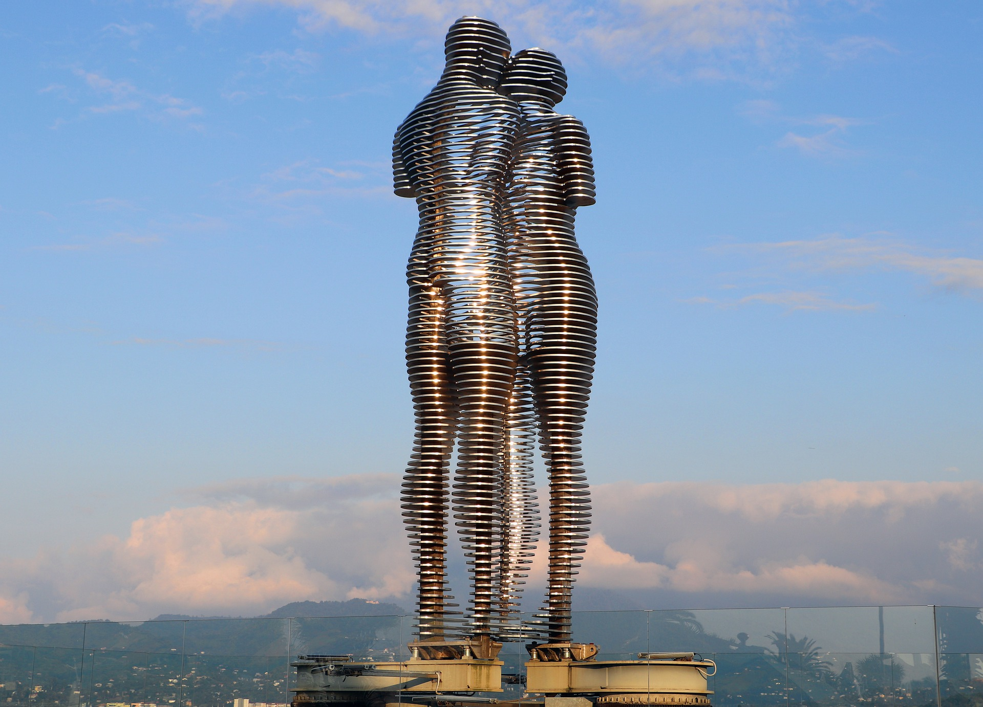 https://www.karpaten-offroad.de/wp-content/uploads/2021/07/Ali-und-Nino-Statue-in-Batumi.jpg